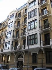 Vista general de restauración de fachada de edificio privado