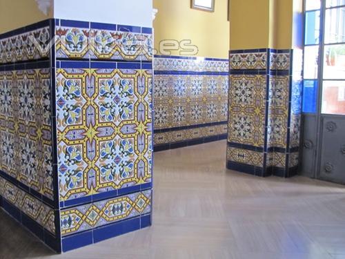 Foto z calo de azulejos sevillanos for Zocalos de ceramica