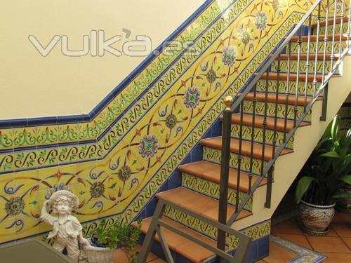 Foto escalera con azulejos andaluces for Azulejos para patios interiores