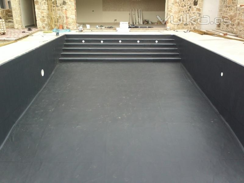 Foto piscina liner negro for Piscinas con luces de colores