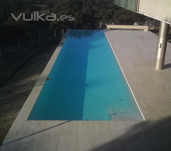 Foto piscina desbordante con playa en marmol for Tipos de marmol verde