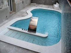 Entrada en rampa con asiento de masaje y cascada en acero