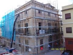 Fachada ayuntamiento enguera, con andamio durante restauraci�n.
