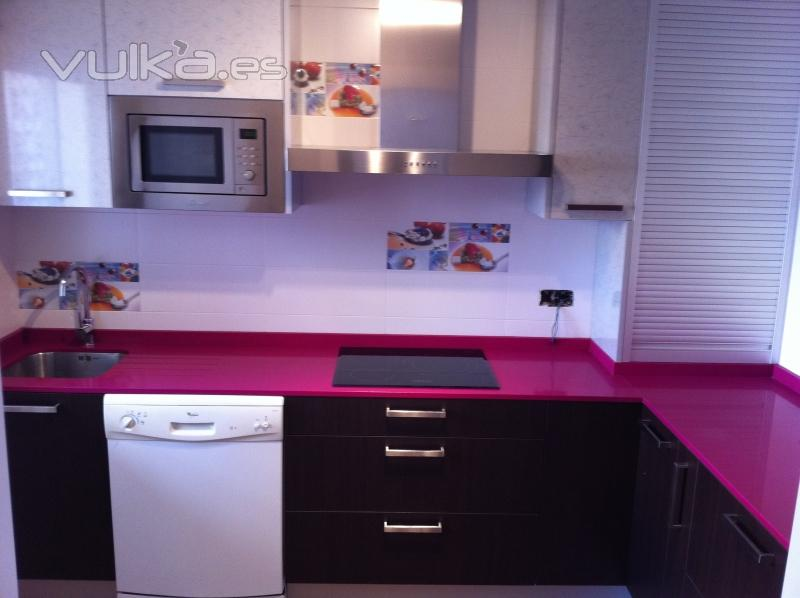 Foto muebles de cocina cocina combinada wengue y brillo for Muebles wengue