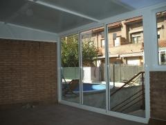 Cerramiento de aluminio con techo mixto en color blanco