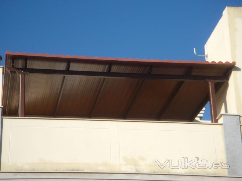 Foto pergola aluminio con panel teja for Materiales para toldos de aluminio