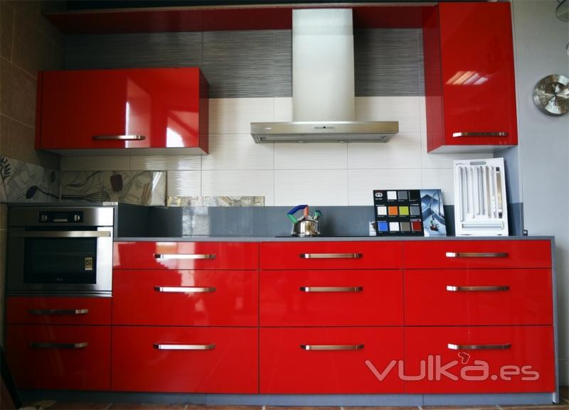 Foto cocina roja brillo gran almacenaje inferior con - Mueble almacenaje cocina ...