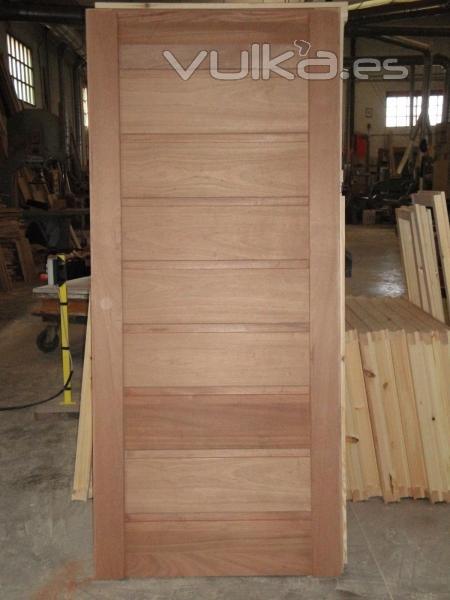 Foto puerta de calle de estilo moderno en madera de iroko for Puertas de calle de madera
