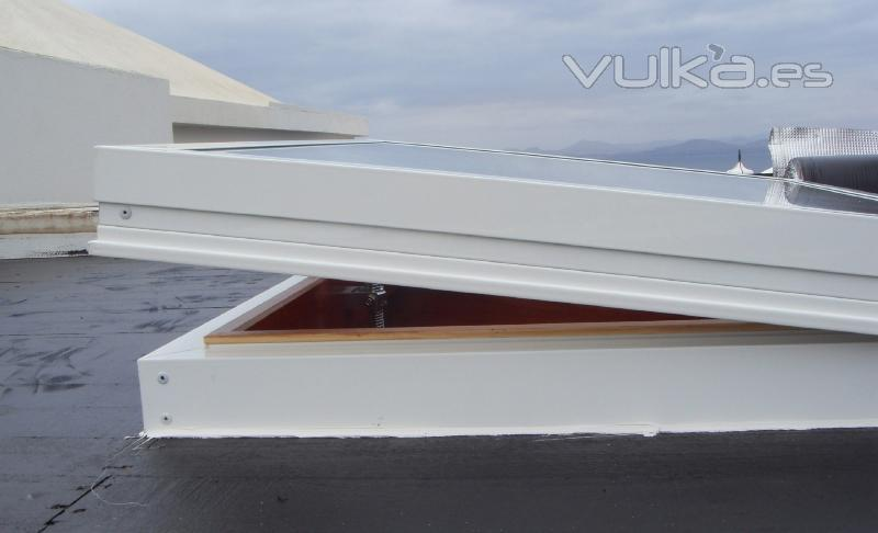 Foto claraboyas de aluminio con madera for Claraboyas para techos
