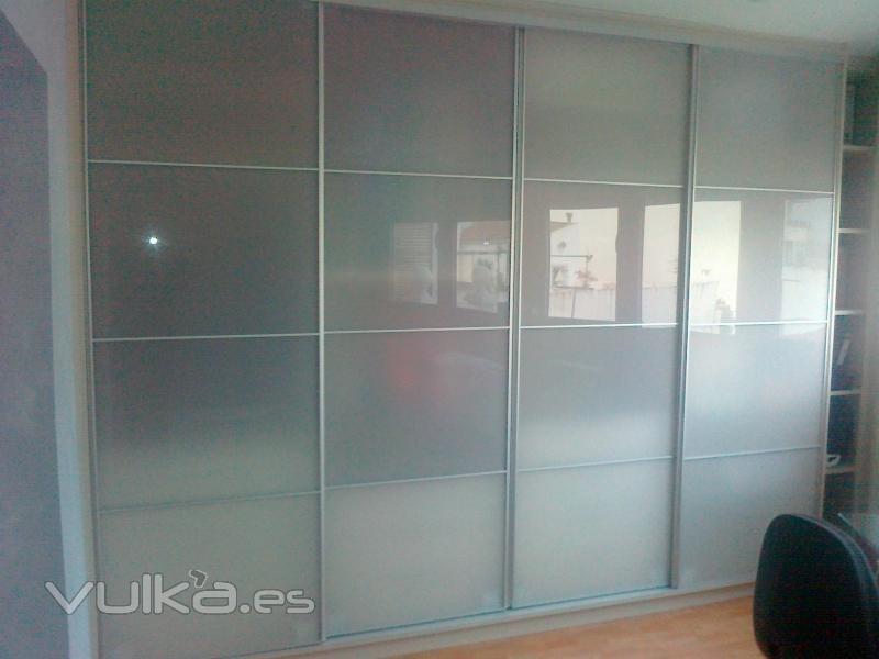 Foto armario de puertas correderas de aluminio plata y for Puertas de aluminio a medida