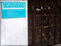 Entrada y puerta principal de psicoform, situada frente al centro comercial alzamora