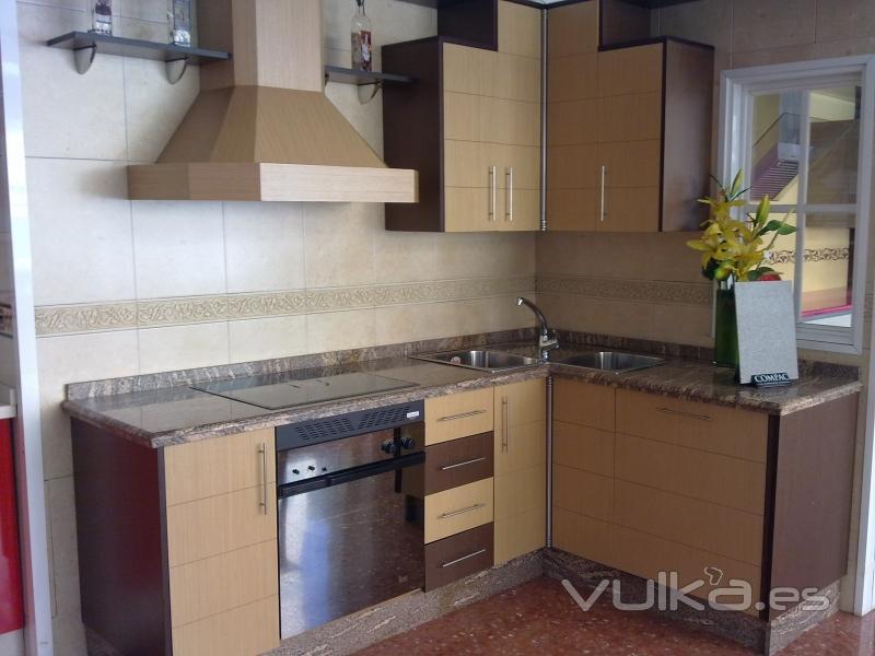 Foto cocina madera lisa dos colores encimera granito for Granito encimera cocina colores