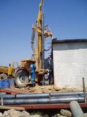 Entubando pozo con tubo de hierro