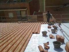 Colocación de teja mixta roja en el faldón principal del tejado