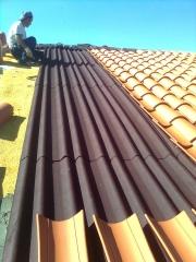 Faldón con teja curva sobre onduline bt235 y capa de poliuretano