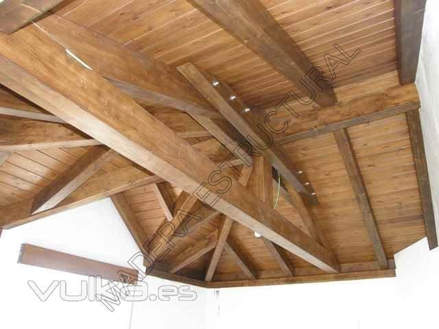 Foto tejado de madera a tres aguas con una buharda de for Tejados de madera modernos