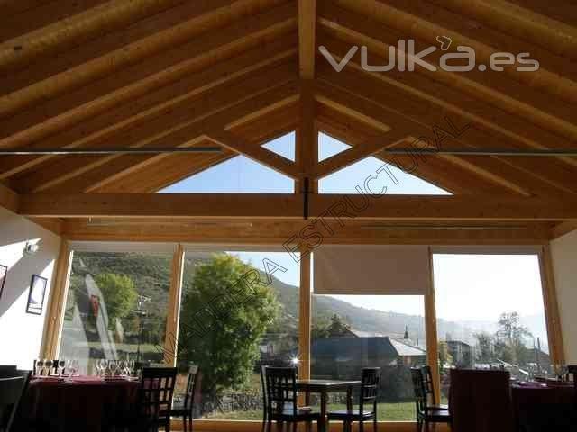 Foto tejado de madera con cerchas latinas de un restaurante for Tejados de madera a 4 aguas