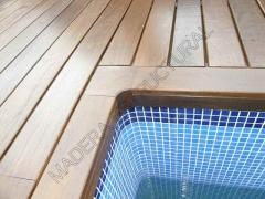 Tarima de ipe alrededor de una piscina