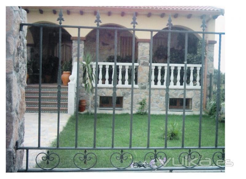 Foto verjas rejas cancelas puertas mobiliario de for Reja para jardin vertical