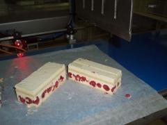 Corte limpio por ultrasonidos de productos delicados, tipo mouse con relleno de frutas.