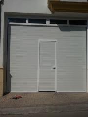 Puerta secional con puerta de acceso