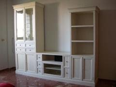 Mueble de tv a medida. lacado en blanco roto con 2 laterales en diferentes alturas.