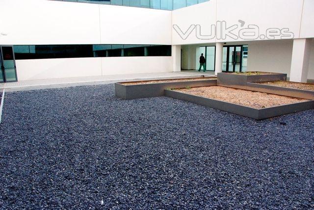Foto marmolinas negras para patios jardines cubiertas for Jardines con piedras y troncos