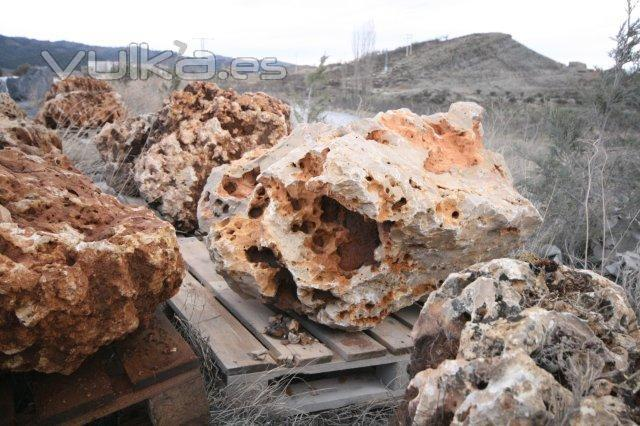 Foto rocalla grandes ejemplares rocalla roja piedra con for Piedras ornamentales para jardin