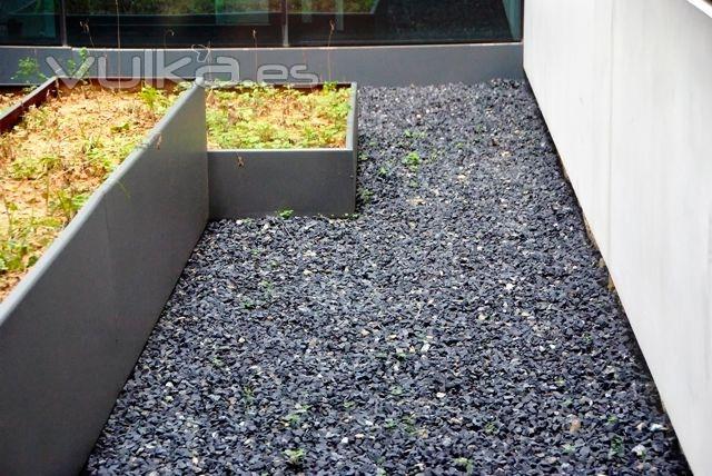Foto piedra gravilla negra en hospital la fe de valencia for Piedra decorativa para jardin
