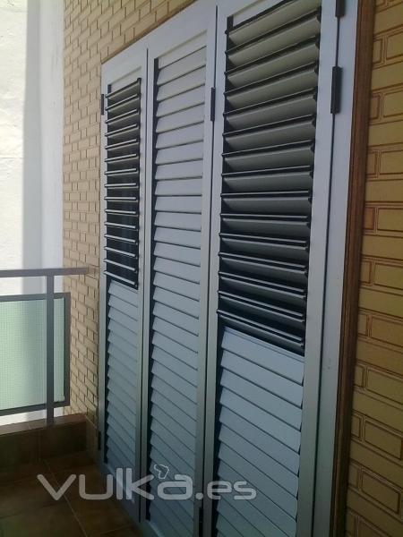 Foto puerta persiana de aluminio anodizado plata de tres - Lamas persianas aluminio ...
