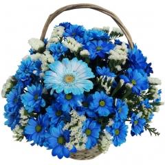 Cesta de flores azules, ideal para regalar flores a domicilio.