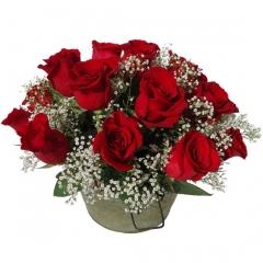 Cubo de metal con rosas rojas y paniculata. flores a domicilio de forma original.