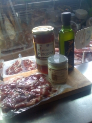 Lotes picoteo, jamon, miel crema de queso de oveja y aceite oliva virgen extra