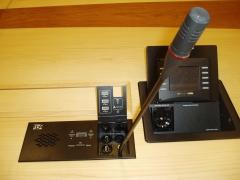 Caja y micro en mesa con tapa para esconder cuando no son necesarios