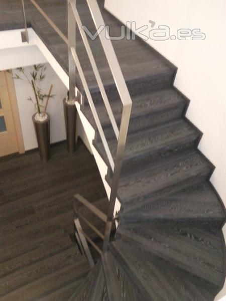 Foto escalera parquet flotante roble negro calizo for Escaleras de parquet