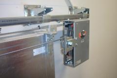 Accionamiento semiautom�tico para puertas correderas cortafuego con resorte de cierre integrado
