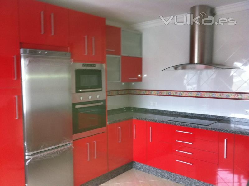 Foto mueble de cocina alto brillo roja for Mueble alto cocina
