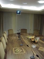 Instlacion de mesa de reuniones en badajoz, los monitores cuando no son necesarios se guardan.