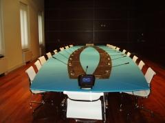 Instalacion realizada en mesa de reuni�n de una importante entidad: cajeado en mesa, microfonos etc