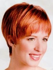 Peluca oncologica. cabello corto y liso, modelo muy favorecedor y moderno.