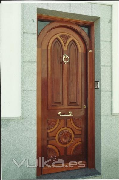 foto puerta de calle en madera maciza