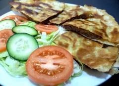 Pita libanesa rellena con carne picada de  ternera con perejil, cebolla, salsa de  sésamo y especias