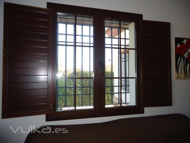foto ventanas aluminio con postigos