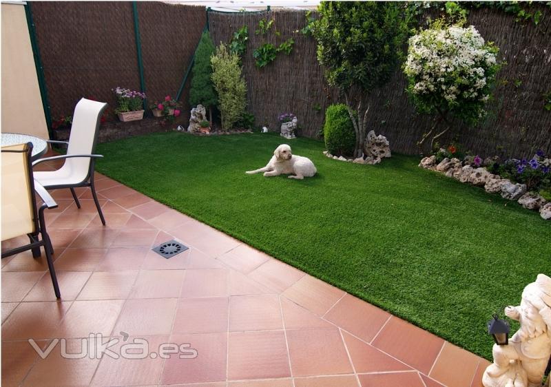 Foto jardin con cesped artificial for Jardines con cesped