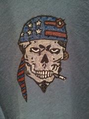 Camiseta calavera pirata pintada a mano con aplicaciones en cristl de swarovski