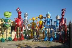 Manuel de chaves con su pasacalle robots en la puerta del almacen