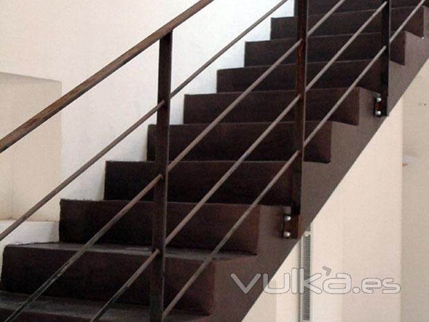 Foto microcemento color wengu aplicado sobre escalera - Material para escaleras interior ...