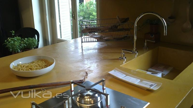 Foto cemento pulido color mostaza sobre encimera de cocina - Cocina cemento pulido ...