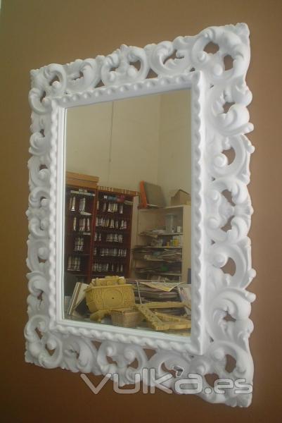 Foto espejo con marco calado blanco for Marcos de espejos originales