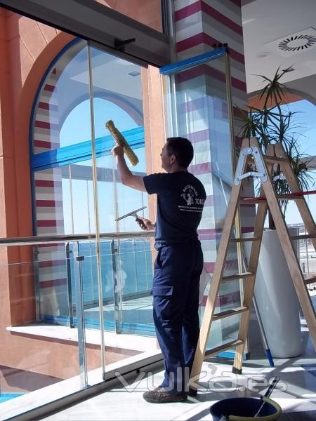 Foto limpieza de cristales a domicilio for Limpieza de cristales a domicilio